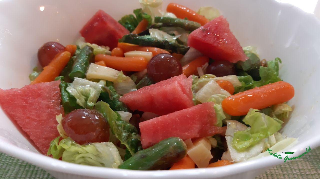 Ensalada con verduras y frutas