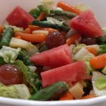 ensalada con verduras y fruta